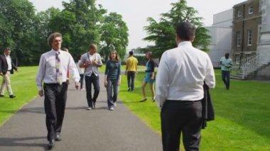 Students walk around university — Stock Video