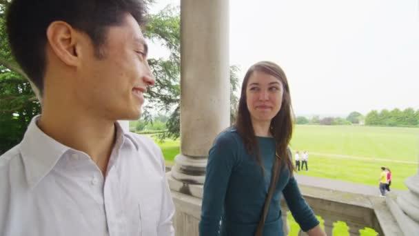 Estudiantes masculinos y femeninos fuera Universidad — Vídeo de stock