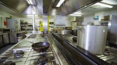View around an empty commercial kitchen — Stock Video