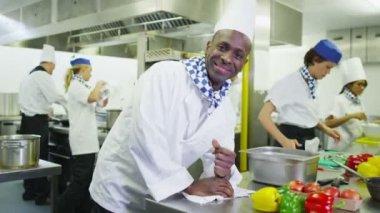 Sorridente chef em cozinha comercial — Vídeo stock