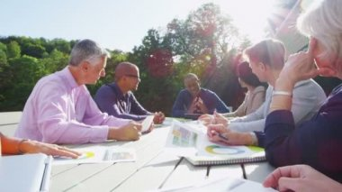 Business group in outdoor meeting — Stock Video