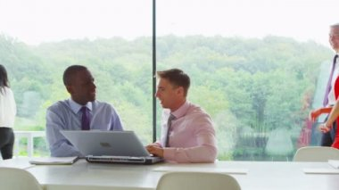 Two businessmen collaborating in office — Stock Video