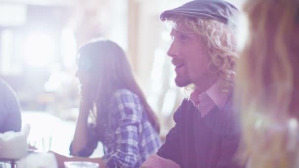 Linda pareja joven charlando y coqueteando con unos tragos — Vídeo de stock