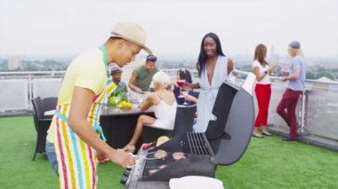 Friends enjoying a rooftop barbecue in the city — Stock Video