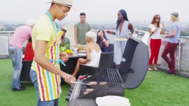 Friends enjoying a rooftop barbecue in the city — Stok video