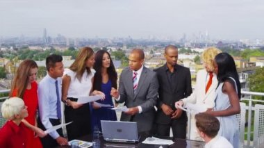 Business team in open air meeting on rooftop — Stock Video