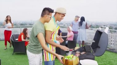 Friends enjoying a rooftop barbecue in the city — Vidéo