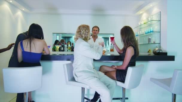Pareja coqueteando en el bar — Vídeo de stock