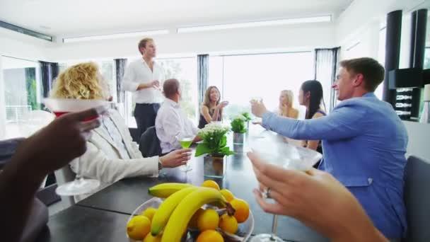 Amis lèvent le verre pour toast — Vidéo