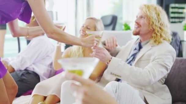 Par chatear y ligar en cóctel — Vídeo de stock