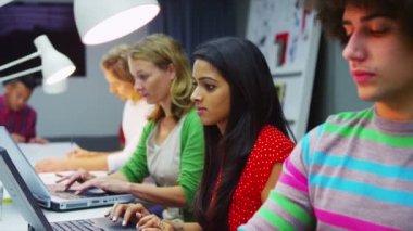 Studenter arbetar på bärbar dator — Stockvideo