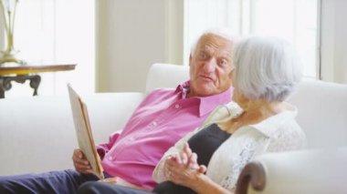 Senior couple relaxing in elegant home — Stock Video