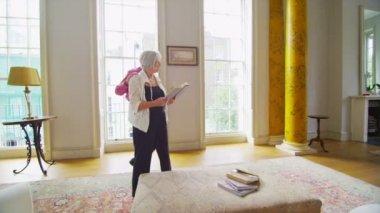 Пожилые супружеские пары смотреть на вид из окна — Стоковое видео