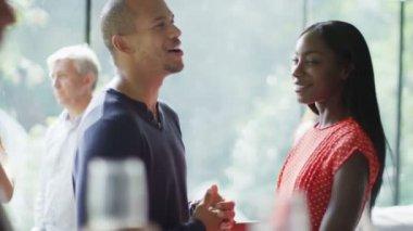Flirten paar & mit Meinungsverschiedenheiten auf party — Stockvideo
