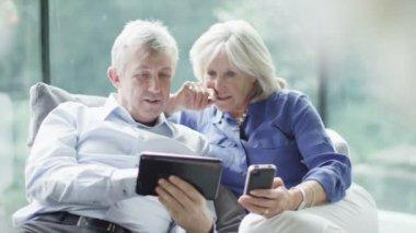 Starší pár s technologií nakupování — Stock video