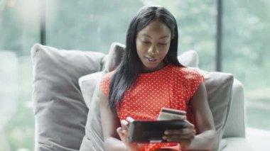 Kobieta w domu na zakupy w internecie — Wideo stockowe