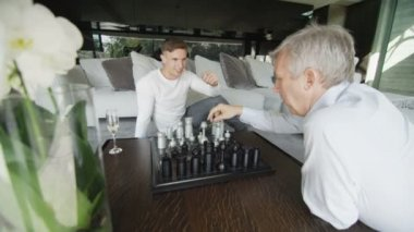 Two men play game of chess — Stock Video