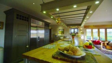 Zona de cocina en casa de campo con estilo. — Vídeo de stock