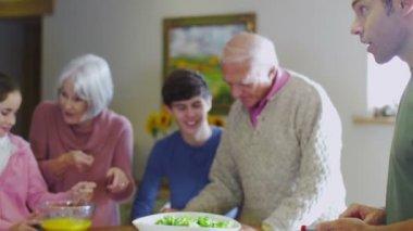 幸福的家庭在一起做饭 — 图库视频影像