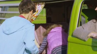 Family getting into camper van — Stock Video