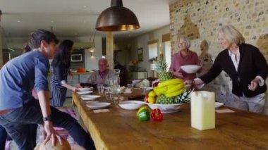 Aile grubu oturup yemeğin tadını çıkarmak için — Stok video