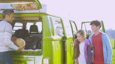 Family packing camper van — ストックビデオ