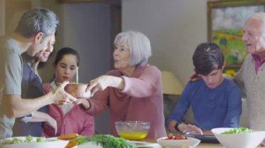 Família preparar uma refeição juntos — Vídeo stock