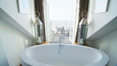 Elegante baño en casa junto a la playa con estilo — Vídeo de Stock
