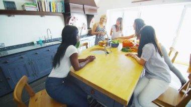Amigos conversando enquanto se preparam o almoço — Video Stock