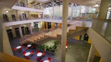 Modern university building with central atrium — Vidéo