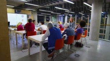 Läraren hjälper eleverna med studier — Stockvideo