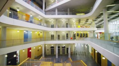 University building with central atrium — Vídeo Stock