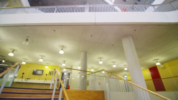 Bâtiment avec atrium central de l'université — Vidéo