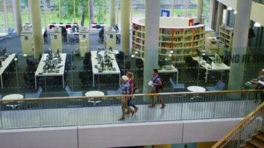 Gruppo di studenti a piedi attraverso università — Video Stock