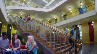 Students walking through university — Stock Video