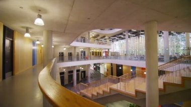 Large university building with central atrium — Vídeo Stock