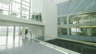 Office building with central atrium — Vídeo Stock
