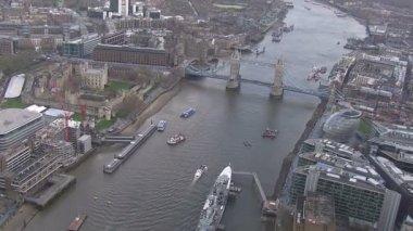 Tower Bridge crosses River Thames — Video Stock