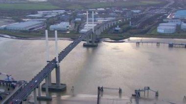 Traffic driving bridge River Thames — Vídeo de stock