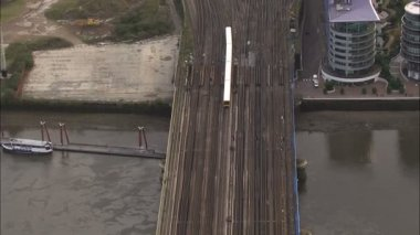 Passenger train crosses river Thames — Stok video