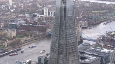 Tower Bridge crosses river Thames — Vídeo de stock