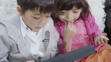 Children playing on tablet computer — Stock Video