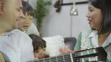 Asian family singing at home — Stock Video