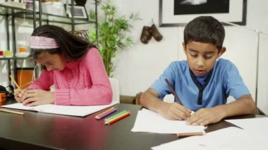 Hermano y hermana en casa, escribir y dibujar con un montón de lápices de colores — Vídeo de stock