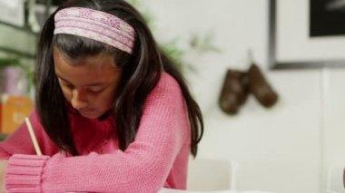 Bratr a sestra doma, psaní a kreslení se spoustou barevných tužek — Stock video