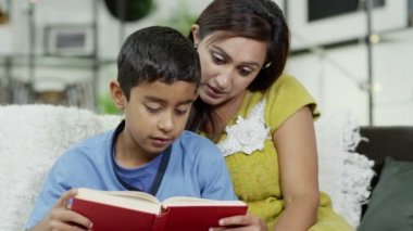 A mother teaches her son how to read — Stock Video