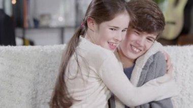 一个年轻的兄弟和一个妹妹之间的密切关系 — 图库视频影像