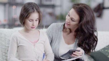 妈妈帮女儿做作业 — 图库视频影像