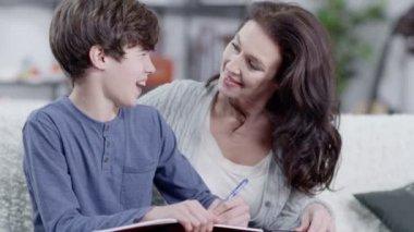 Mutter hilft sohn hausaufgaben — Stockvideo