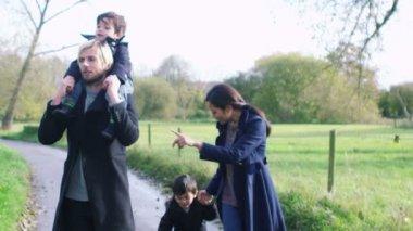 Family enjoying a stroll in the fresh autumn air — Stock Video